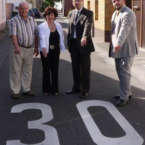 v. r. n. l. Guido van den Berg, Dierk Timm, Juta Herrmann und Anwohner Schwarz