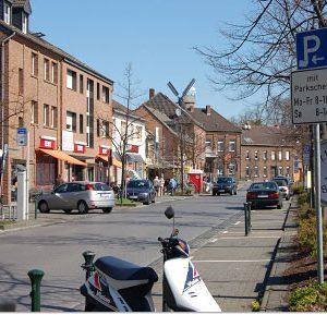 Stommeln - Dorfanger mit Rewe und Parkuhr