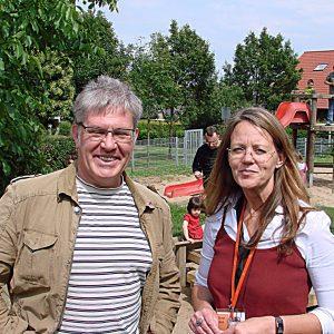 Ratskandidat Andreas Hoffmann und Leiterin der Kindertagesstätte Sonja Groh